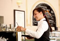 La cameriera fa un ultimo giro tra i tavoli