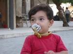 Volti_di_siria_aleppo_bimbo_con_ciu